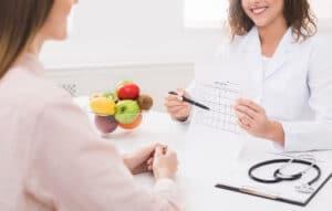 nutrióloga poniendo un menú semanal
