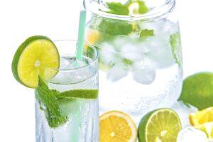 jarra de agua con limon