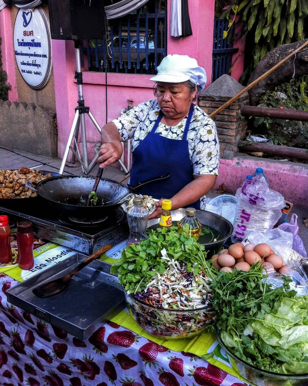Los fideos Pad Thai se elaboran en muchos puestos callejeros de Tailandia