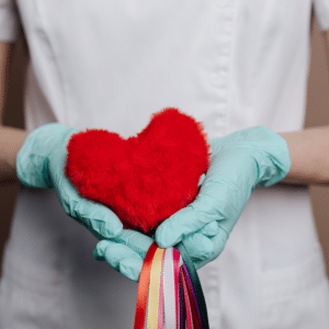 Enfermedades cardiovasculares. corazón en mano