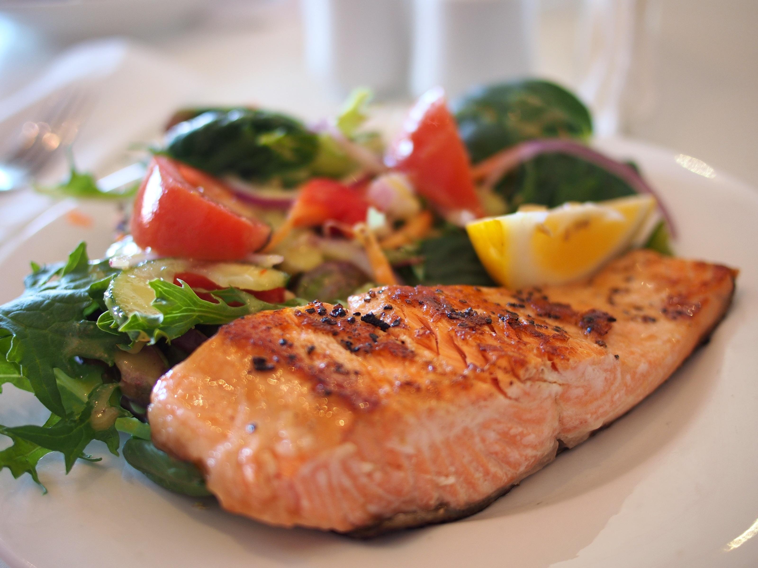 Salmón con verduras, una perfecta opción realfooder