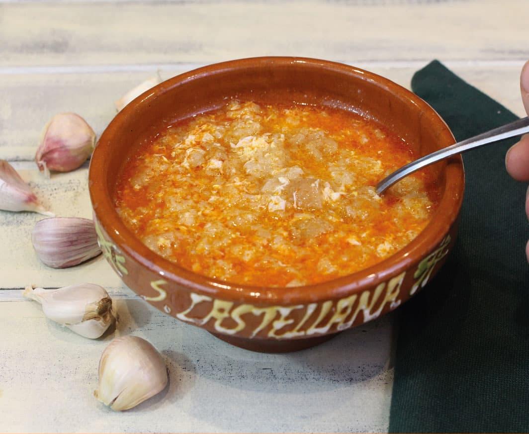 Sopa de ajo en recipiente típico